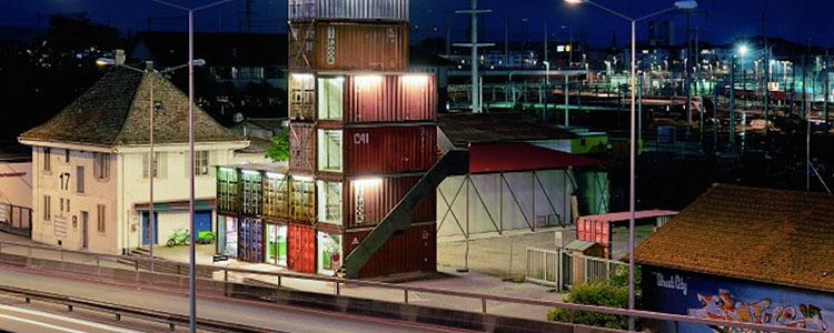 Centro Comercial Y Torre De Contenedores