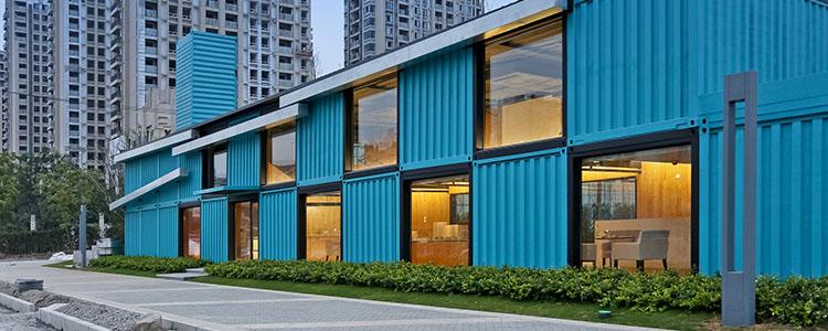 Edificio De Oficinas Con Contenedores: Atelier XÜK